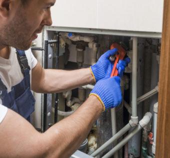 Des experts expliquent comment trouver un plombier